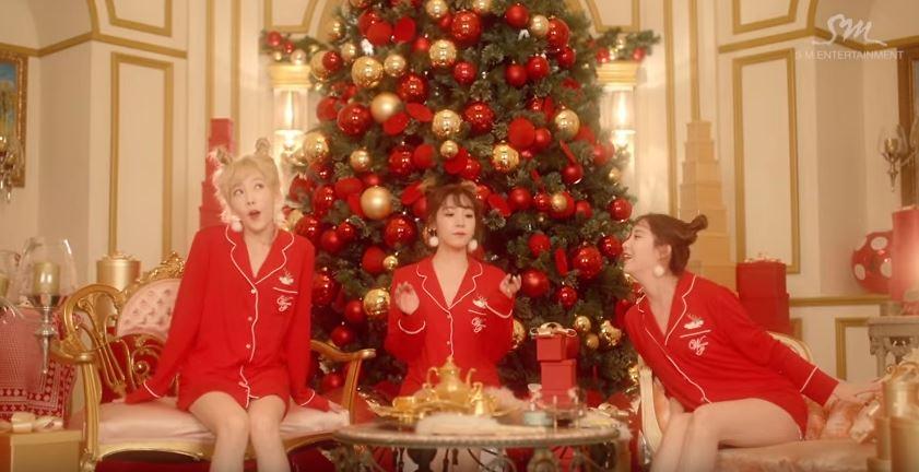 今年則由TTS的三隻聖誕小精靈唱響SM的聖誕 有太蒂徐的人氣加持 這首符合季節色彩的「Dear santa」音源上線  立刻秒殺所有音源榜單 (史上最殺聖誕小精靈?)
