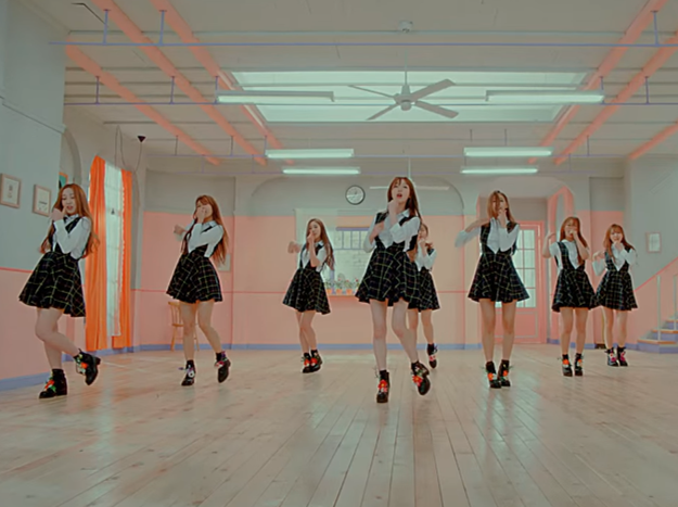 而這次帶著迷你專輯《Lovelyz8》回歸的她們,主打歌《Ah-Choo》當然也是延續清純風格,但是旋律跟《Hi》很類似,讓網友覺得是不是鬼打牆?