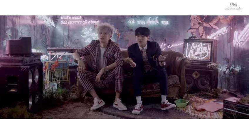 光是《EXODUS》的韓中版本專輯就賣破77萬1348張 再加上改版專輯《LOVE ME RIGHT》45萬663張的紀錄一舉突破百萬張 寫下來近期之內很難再有其他團體能夠超越的新紀錄,成為今年的專輯銷售王者 也讓人看到EXO超驚人的專輯號召力