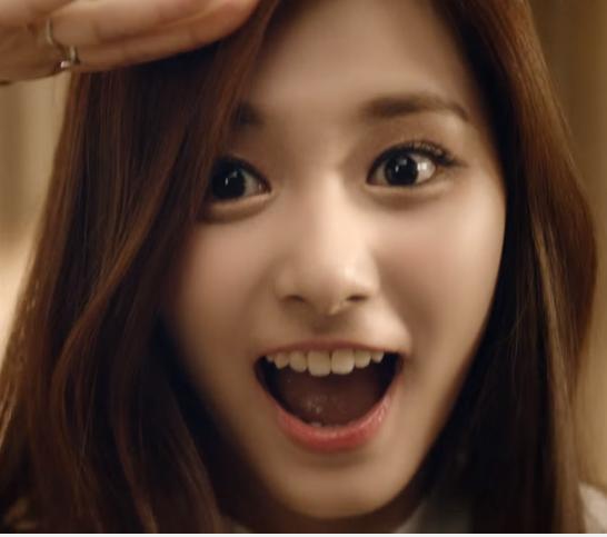 原來是子瑜最近接到了韓國大廠LG的新廣告,雖然一起拍的還有同團的娜璉跟定延,但好像主要是以子瑜為主就是了..