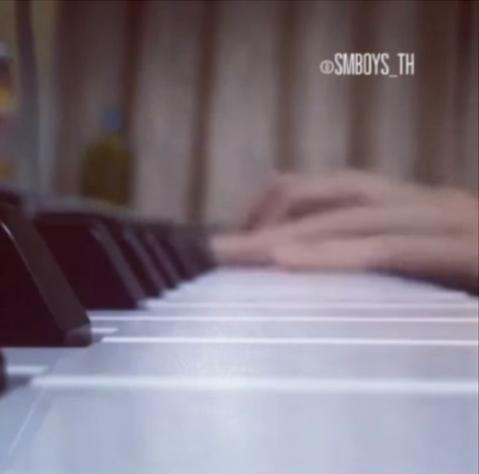不僅歌唱~他也會彈鋼琴喔~