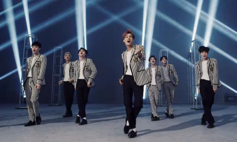 #03.EXO和BIGBANG同時回歸 可以說是目前韓國人氣最旺的兩個男團,雖然路線不同 但攜著《EXODUS》的改版專輯《LOVE ME RIGHT》回歸