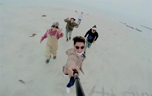 恰好逢上BIGBANG的《We like 2 party》發行 兩組人氣男團回歸強碰,成績如何當然就成了媒體和韓國樂迷關注的焦點 不過一組是今年雙專輯銷量破百萬(EXO),一組是音源、點擊率滿滿還巡演各國 當然是勝負難分,不過唯一一定確定的是歌迷的耳朵因為有他們,今年過得很幸福啦!