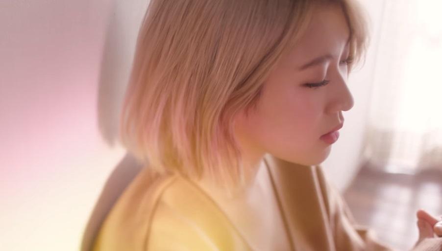 *白藝潾 被稱為「抒情天才少女」15&的成員白藝潾,也在今年11月推出了個人專輯,擁有磁性好歌聲的她,這次主打歌〈翻越宇宙〉不論是MV還是歌曲曲風都聽起來很有療癒效果。