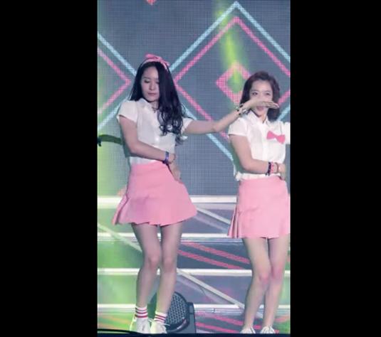 讓我們來看看為何Krystal只是穿個粉紅小短裙就讓鄉民們心動的理由,現場畫面更有衝擊感啊!