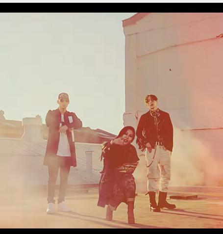 藉由《Unpretty Rapstar》紅透半邊天的女rapper Jessi,其實2014年組過一個兩男一女的嘻哈團體Lucky J,成員還有J+Kyun與J+Yo