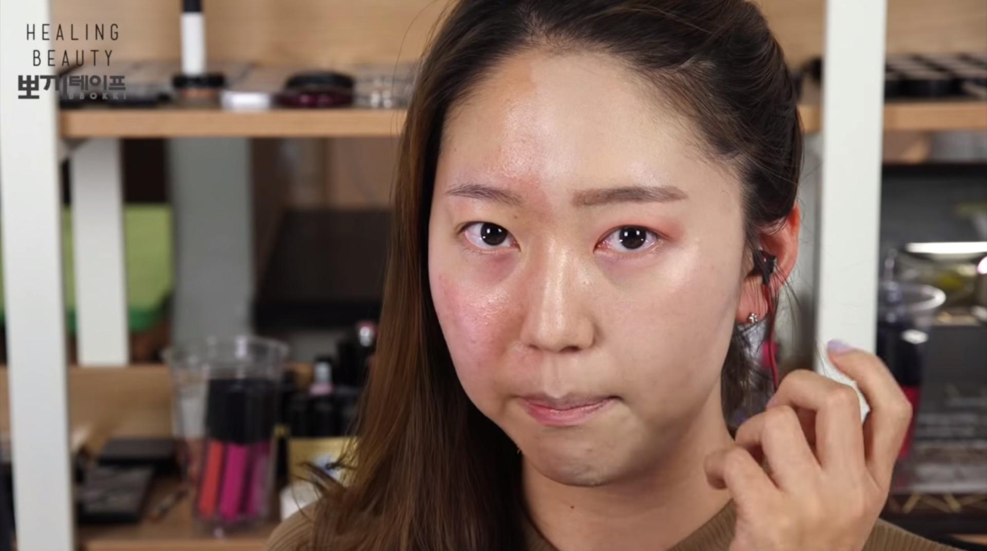 這樣說好像很誇張,但如果妳看過Yoo True自己拍下來的「半面妝」影片,就會覺得她真的很厲害! *若影片無法觀賞,請點擊來源出處