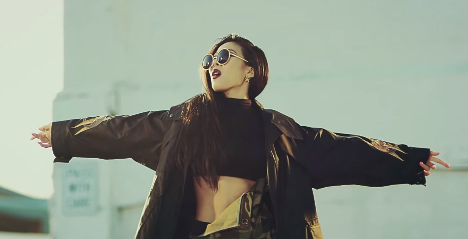 Jessi的歌聲讓不少韓國網友們都驚訝「Jessi的嗓音原來這麼有魅力?!」因為唱饒舌時的音色太有記憶點,讓大家都忘了Jessi如此有魅力的歌聲啊!!♥(´∀` )人還沒聽過的快一起來聽聽吧~