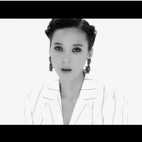 TOP 7. 尹未來(尹美萊) - This Love 女皇回歸連全世界都在關注呢!而且這次MV是以幾近清唱,MV也以最簡單風格呈現,讓人更專注於女皇的好歌喉呢~