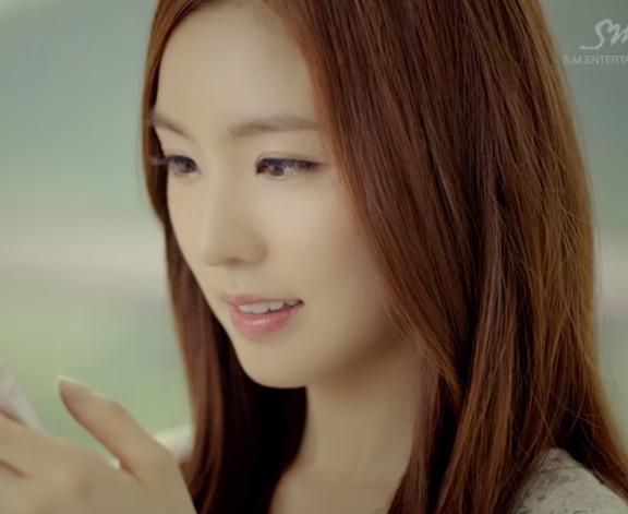 對了,她出道之前在前輩Henry的MV《1-4-3 (I Love You)》裡面就有亮相過喔~
