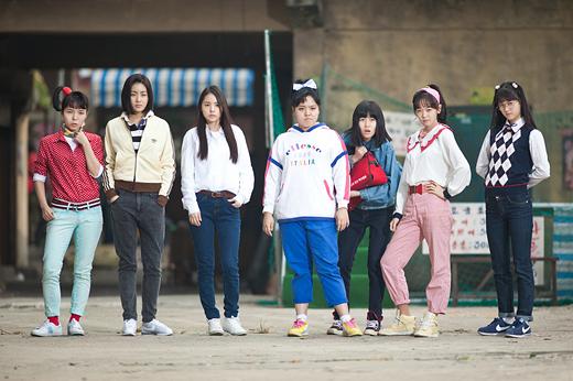 《陽光姊妹淘》 如果能有機會再與多年不見的好友們齊聚一次,你/妳會說些什麼?影片講述曾經是中學「七公主」小團體的成員時隔25年後再次相聚,尋找青春回憶的溫馨故事。韓國最暢銷的喜劇電影之一,姜素拉、閔孝琳都有參與演出喔!