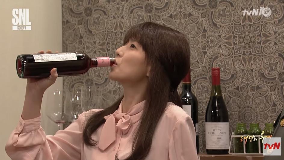 然而話題性非常高的這部劇,也引起了一波模仿潮! 除了tvN節目《SNL Korea》上演了一段惡搞版《太陽的後裔》之「紅酒之吻」,讓觀眾都笑翻了之外…