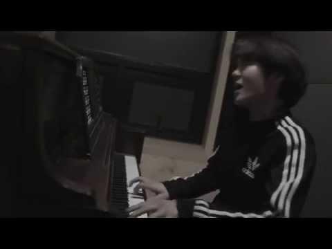 看看BTOB昌燮,平常搞笑起來瘋瘋癲癲,但坐在鋼琴前面自彈自唱師兄Beast的Good Luck,魅力指數+1000000000分!