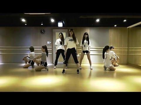 OH MY GIRL 的舞蹈練習 YooA是站在一開始三個人的正後方,身穿條紋衣和黑色短褲的那位~ 看YooA跳舞真的是享受^^