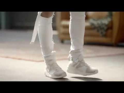 最後是Jimin接到SUGA的來電 開始跳現代舞 相信大家這些影片都看過N次了 但其實影片重點都是鞋子啦XDDD