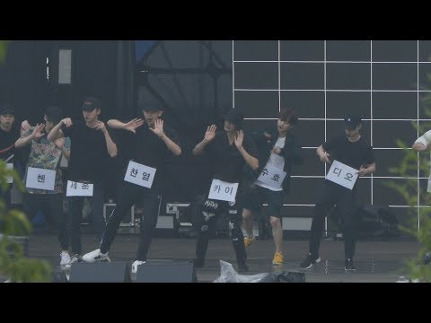 OK~~~~~ 男團的私服都是一團黑,WINNER整團的遮整臉,EXO則是有一半以上的成員都穿全身黑,絕對在考驗工作人員的眼力啊!