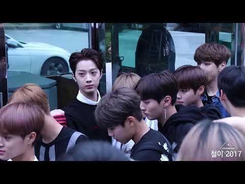 影片中可以看到成員們聽到「上車」時都露出有些茫然的表情ㅠㅠ 而保全在確定成員們都上車後,便朝粉絲群大喊「因為那邊的粉絲,今天Wanna One的上班路取消!」