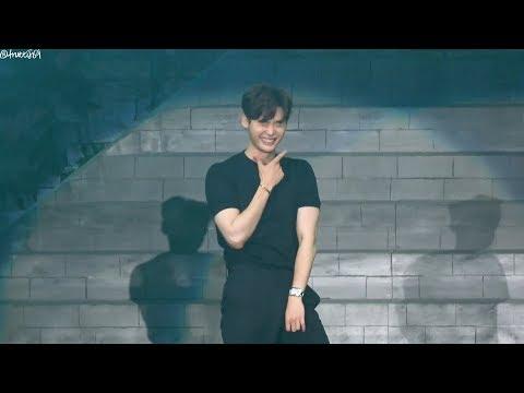 鍾碩歐巴還在粉絲見面會上大跳鳥叔的《New Face》,將現場的氣氛炒到最高點,雖然歐巴顯得有些生澀但舞蹈動作還是非常到位哦!!!