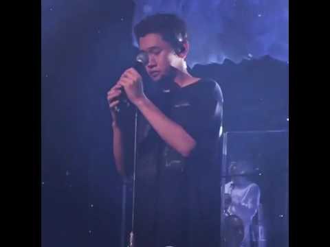 歌手Crush要台下粉絲一起合唱,結果突然自己感動到不行唱不下去還頻頻拭淚,甚至拿出毛巾(?)擦眼淚!台下粉絲紛紛要他不要哭(笑XD)