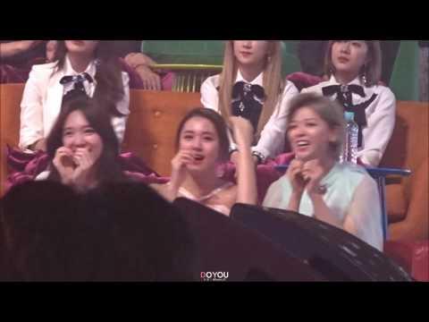就連在台下看太妍唱歌,也可以宛如來到演唱會一樣如癡如醉,TWICE成員還一起拉手比愛心,就知道這一團的小迷妹們(?)有多瘋狂