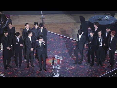 事情的經過是這樣的,今年在《AAA》獎項裡抱走多項大獎EXO,這次依舊由隊長Suho向所有粉絲和工作人員致謝…