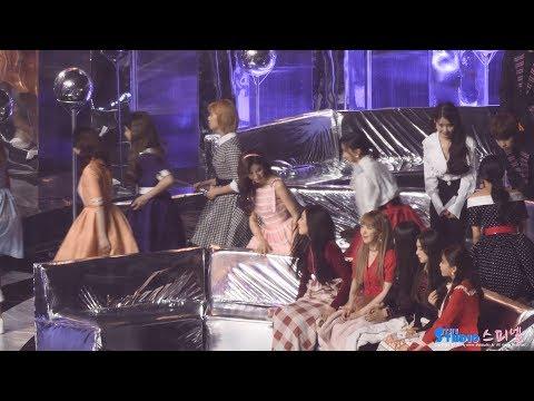 明明該上台領獎了,但看到坐在前方的貝貝還是忍不住像小朋友一樣的揮手打招呼,在緊張的年末音樂大獎上卻意外的輕鬆,還不時流露出粉絲心