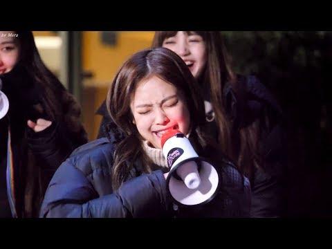 上周BLACKPINK因節目舉行突擊見面,Jennie被指定現場撒嬌XDDD 可愛到爆尤其是撒嬌後憤怒的走路的樣子XD
