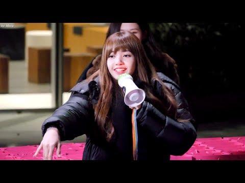 Lisa則是被逞罰現場跳性感舞,不過因為沒有配音而突然改成跳「計程車舞」當天成員發揮所有的個人技跟粉絲一起同樂