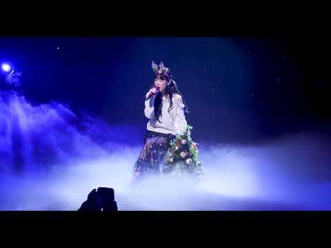 太妍在演場時不斷輕撫著聖誕樹,原來太妍先前說的「不會再讓你孤單」是這個意思..ㅠㅠ