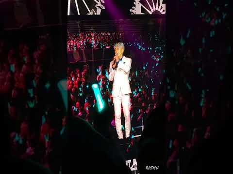 鐘鉉生前最後一場演唱會,唱著自己寫作的歌曲《Lonely》時, 唱著「更熟悉一個人,請理解我」後,望著粉絲彷彿是「最後一眼」的眼神,更是令人心碎