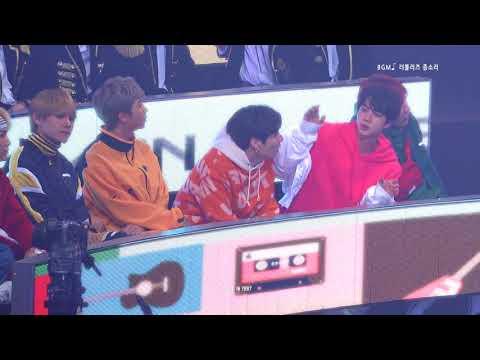 而這次的MBC年末因為有歌手觀賞席 歌手們的反應成為了大家關注的焦點 但這個影片Wanna One的朴志訓一直緊盯著他的偶像BTS的V啊~