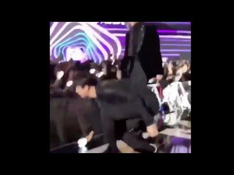 但Jin其實也是一個大暖男~ 之前在前往舞台的途中,看到粉絲的手燈掉在地上,Jin也是毫不猶豫的就蹲下身為粉絲撿手燈!