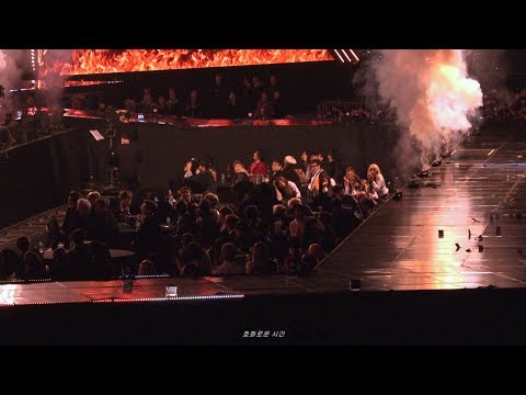 另個角度的影片更是明顯可以看到做在舞台側歌手在第一瞬間全都抱頭彎腰,隨即起身遠離舞台區,爆竹結束後,更可以看到包括 SEVENTEEN 成員淨漢在內等幾名藝人紛紛拍拍頭髮拍拍衣服,粉絲猜測可能是爆竹效果掉落的菸灰...