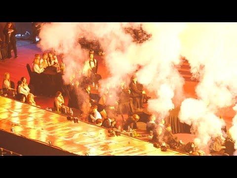 從粉絲座位區拍攝的影片中,甚至可以看到 TWICE 成員嚇到從座位上跳起蹲在地板,靠近舞台側的歌手們也紛紛遠離舞台區域