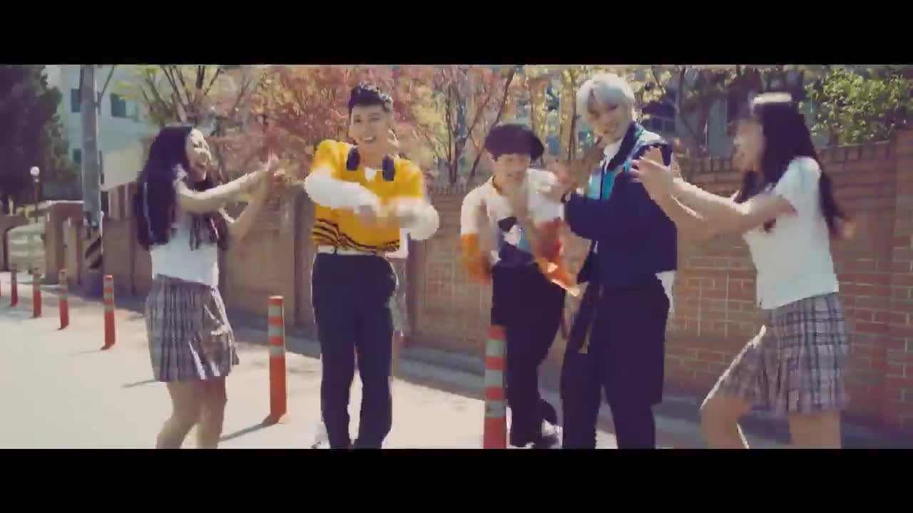 而她和西卡還有另外一層關係,就是SM的新男團NCT拍攝的電信公司廣告中,竟然出現了金書京的身影!
