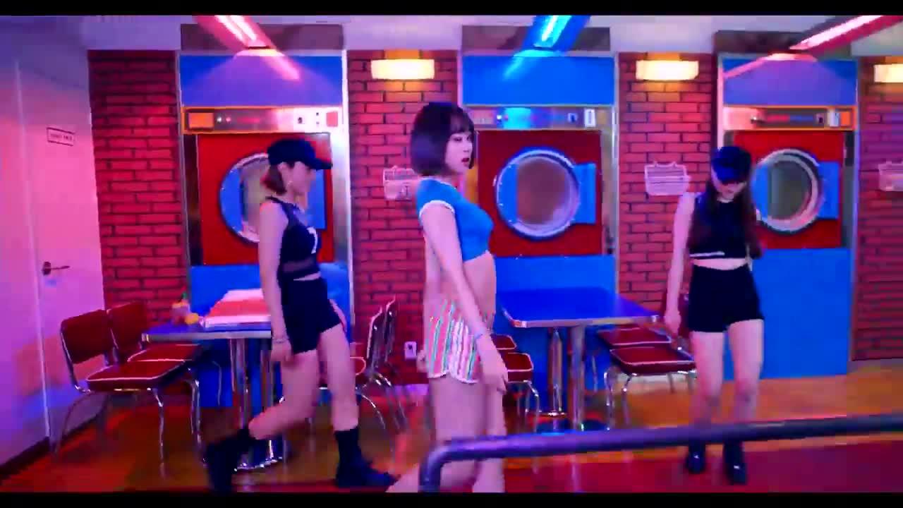 MV一開始就看到哈妮~!!!與舊版MV不同的是!!!哈妮果敢地展現腹肌(是肋骨ㅠㅠ)...(我們的吃貨妖精真的不要再瘦了...ㅠㅠ)