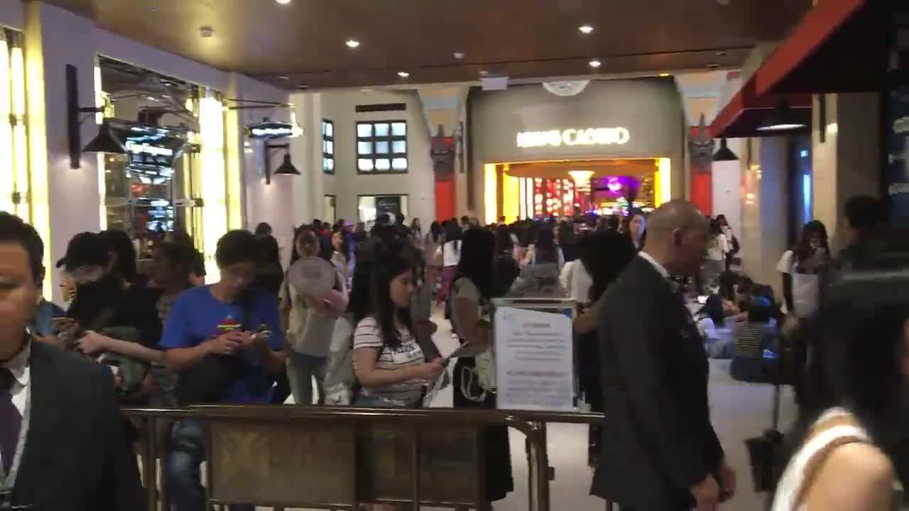 雖然演唱會在七點開始舉行,但四點多開始人潮就已經把大廳擠得水洩不同,看看這人群!是不是真的很壯觀!!