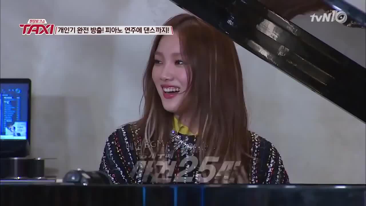 她彈奏的是韓國知名犯罪現場還原的新聞節目背景配樂,搞得主持人也忍不住演了起來,咖啡廳的路人也都驚訝了