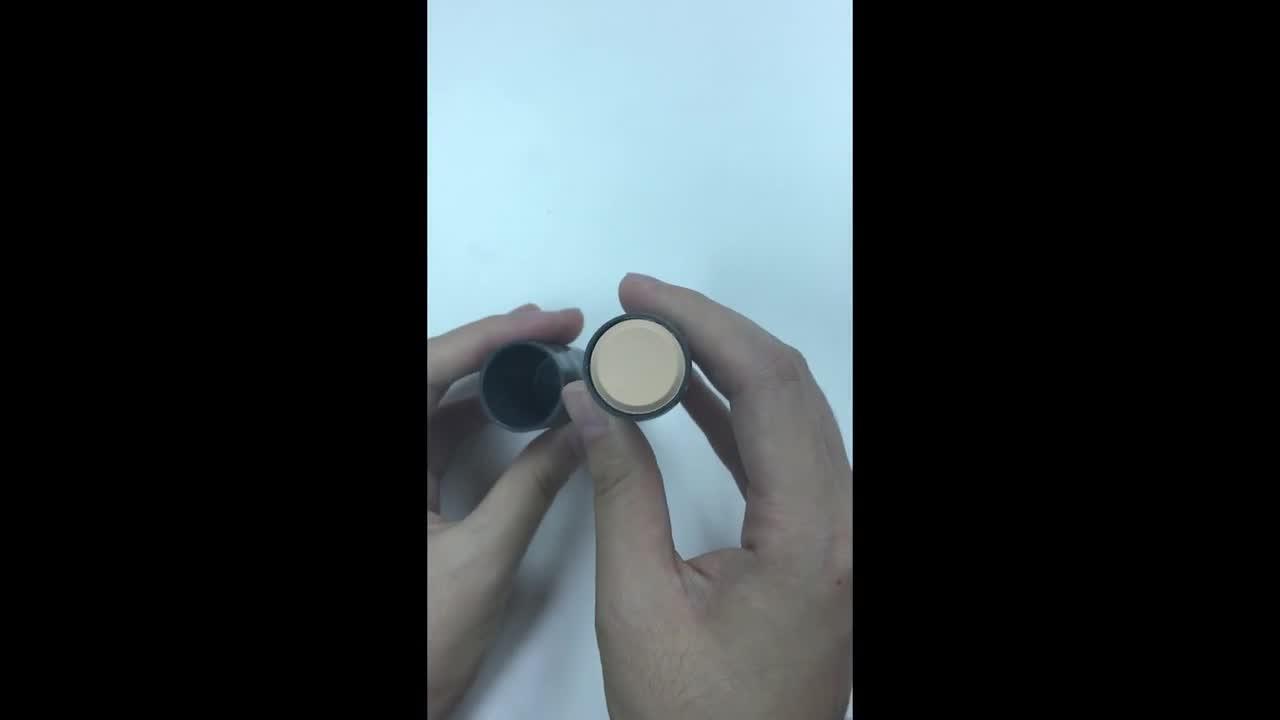 這支101炫彩百搭魔術棒本來有很多顏色,那麼底妝的部分就是這支01號的粉底棒囉! 大小大概小編手掌的2/3左右。打開來長這樣~