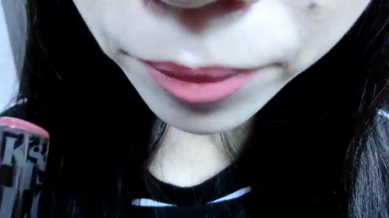 擦在歐膩先用遮瑕膏遮過的唇部上,顏色非常的自然!