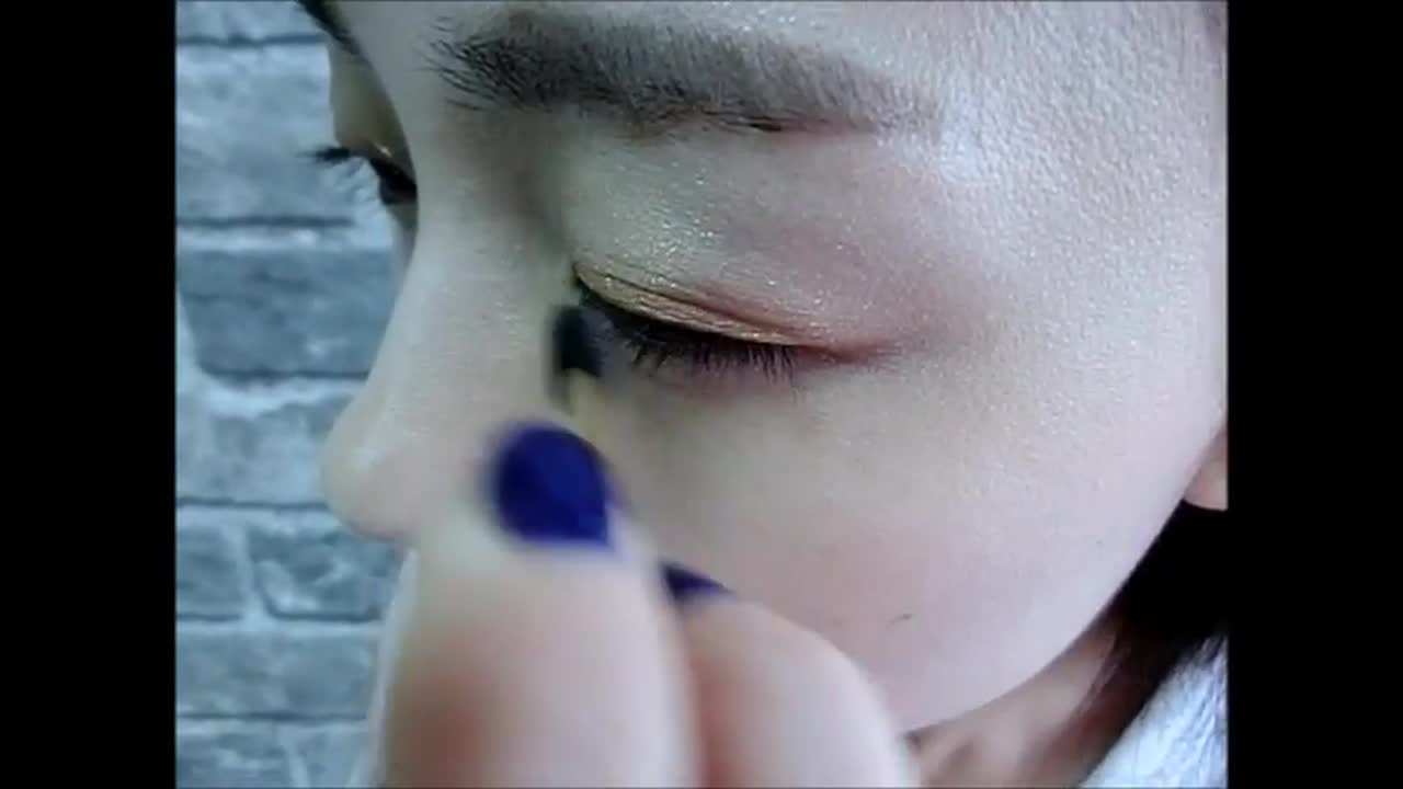輕輕畫在眼褶的部分。