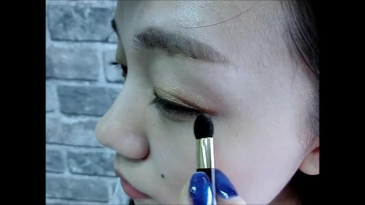 畫在睫毛根部,拉到眼尾往回畫一個C字型並輕輕暈開眼影。