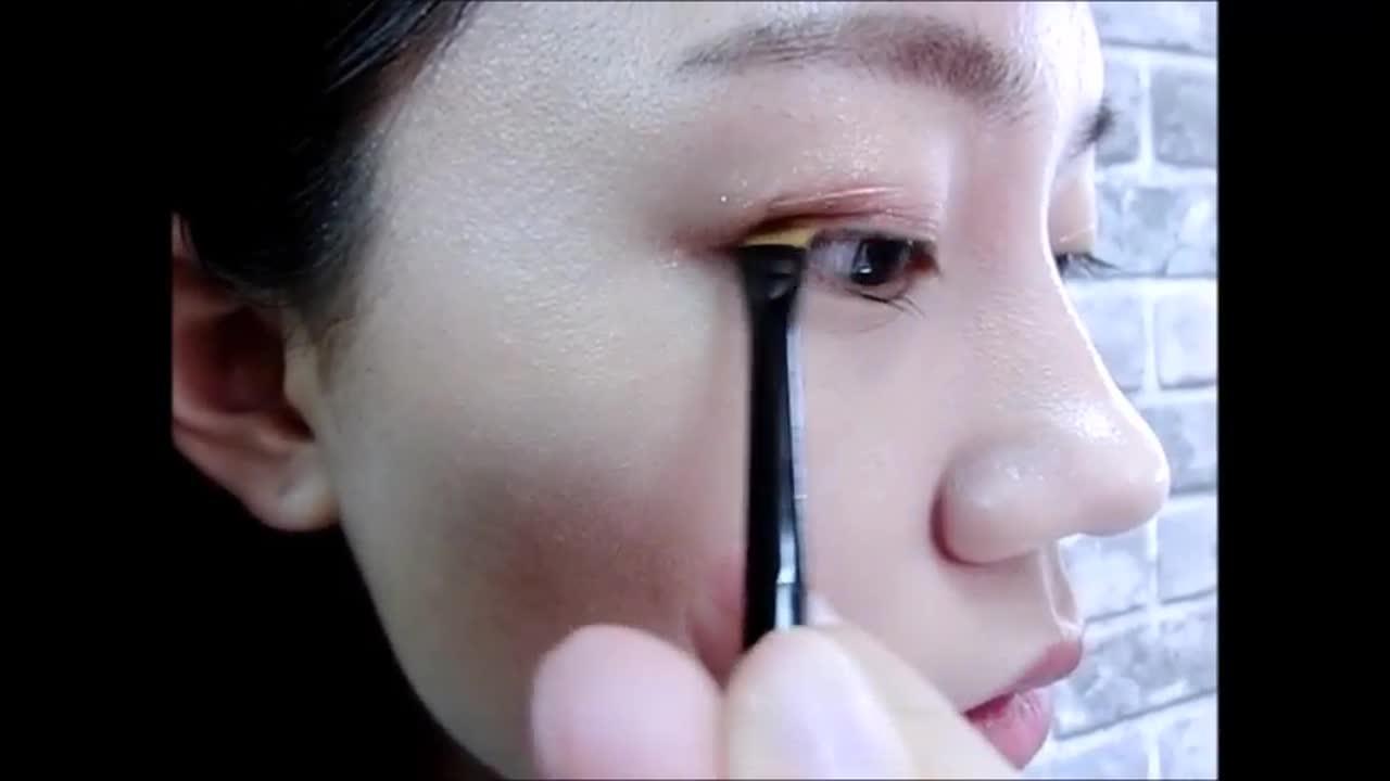 歐膩挑了幾個顏色要來示範眼妝給大家看,首先用BE102做整個眼妝的打底,再來以BE101上在眼褶的部分,然後拿刷具上BR402做為眼線。
