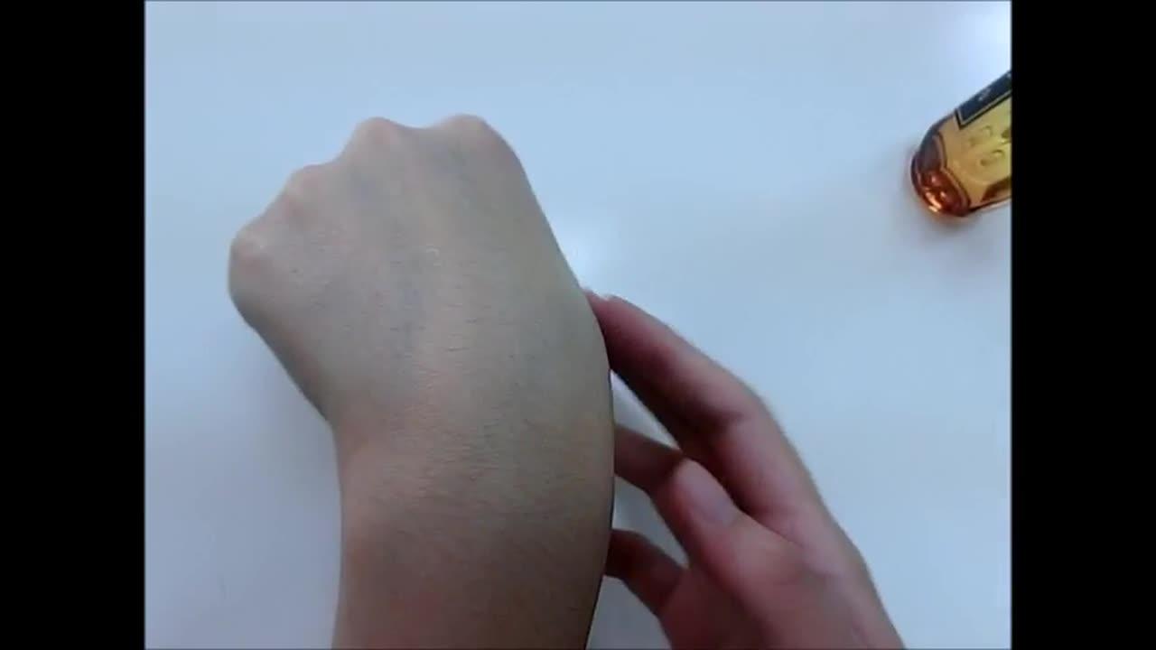 拉旁邊的P小編測試在手上給大家看看~ 輕輕按摩到吸收為止,沒有什麼味道很天然的感覺呢!