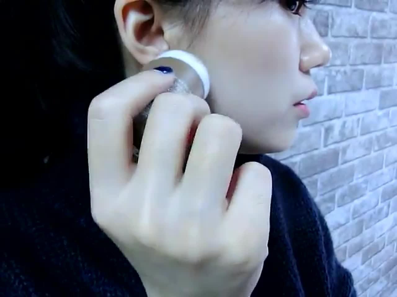 除了髮際線之外,歐膩也想看看能不能當修容,輕輕地把它塗在臉頰兩側,再用指腹推開。