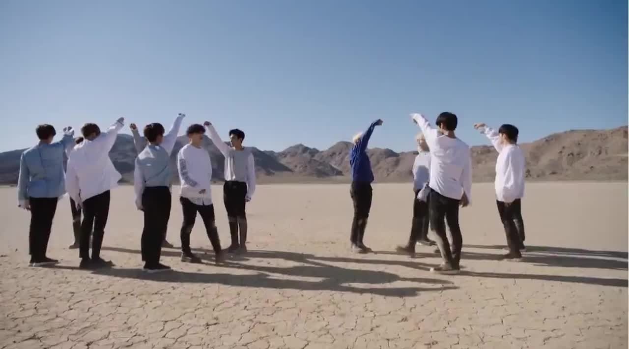 在實際編舞中,相信克拉們都知道S.COUPS是站最左邊的位置,而淨漢則是站在最右邊,呈現對稱的站法。