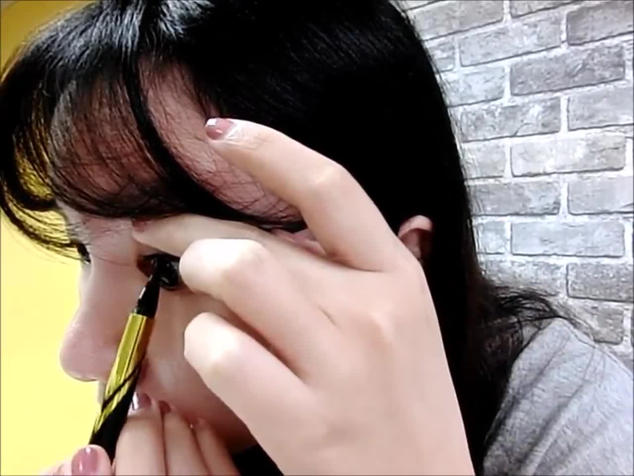 這隻超激細抗暈眼線液因為它超纖細的筆頭,所以在畫內眼線時一點負擔也沒有,可以輕鬆填補睫毛之間的空隙。