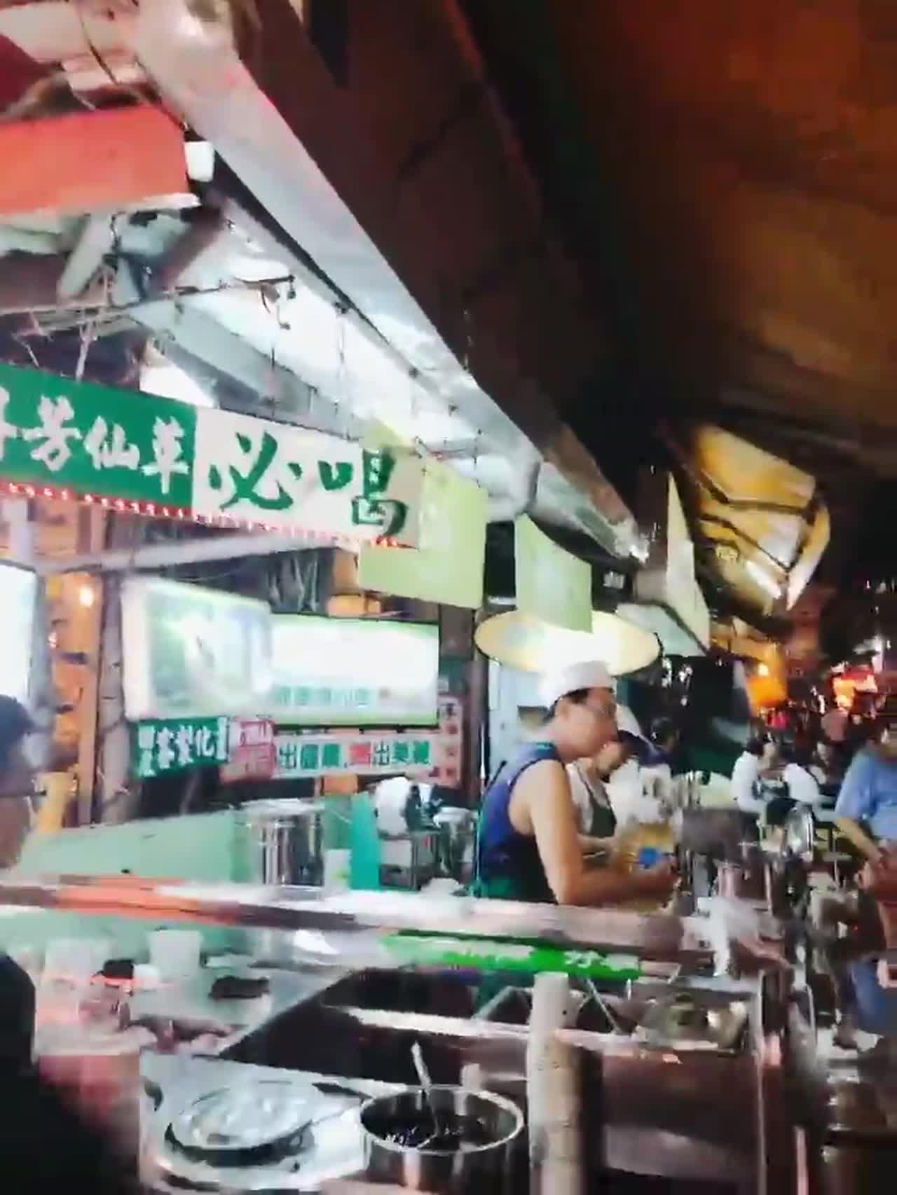 先來喝一杯去油解膩的無糖去冰仙草茶40元~台灣的任何飲料店真的很貼心,一定會問要不要糖冰~但是髮捲女很懶得想,所以都一律說無糖去冰!(所以很容易踩雷)