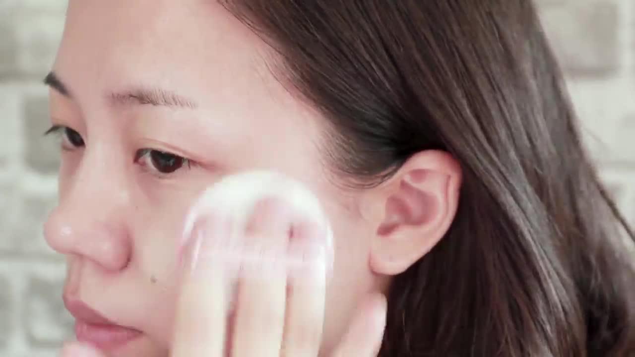 歐膩使用在最近肌膚狀況比較差的左邊臉頰,臉上有紅紅的點點,看看能不能遮住!