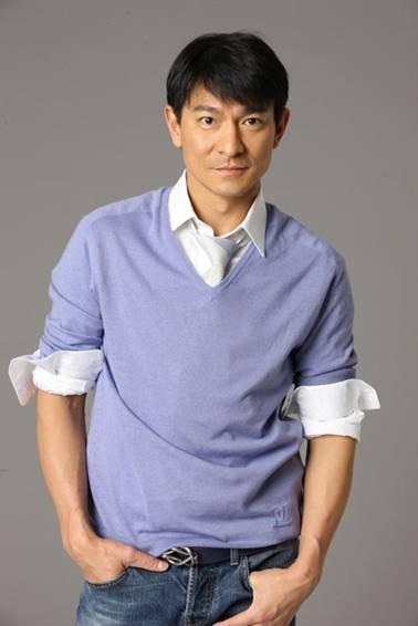 劉德華,1961年出生, 香港四大天王劉德華,如今也已成家,許多喜歡他的歌迷, 如今也已經進入人生的中段。